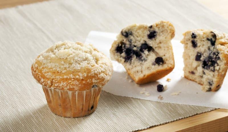 Muffin met chocolade op een houten lijst royalty-vrije stock afbeelding