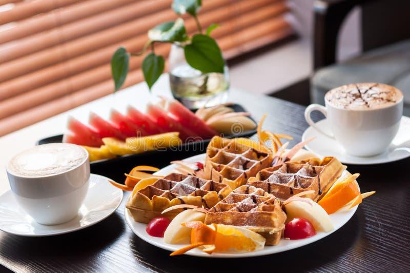 Muffin met fruit en Koffie stock foto's