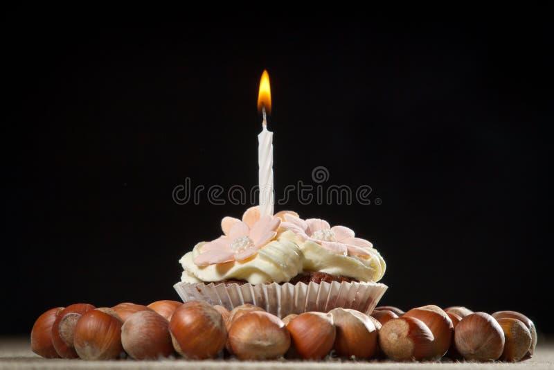Muffin met kleine brandende kaars royalty-vrije stock foto's