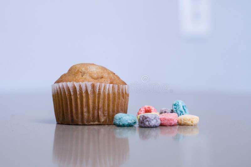 Muffin met kleurrijk graangewas stock foto's