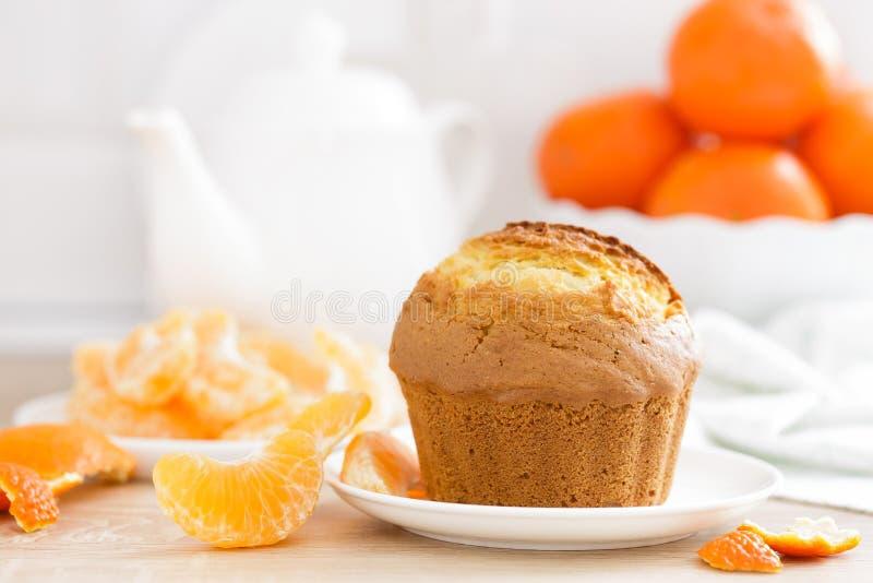 Muffin met mandarijnenclose-up op witte achtergrond Zoet heerlijk eigengemaakt baksel Witte achtergrond royalty-vrije stock fotografie