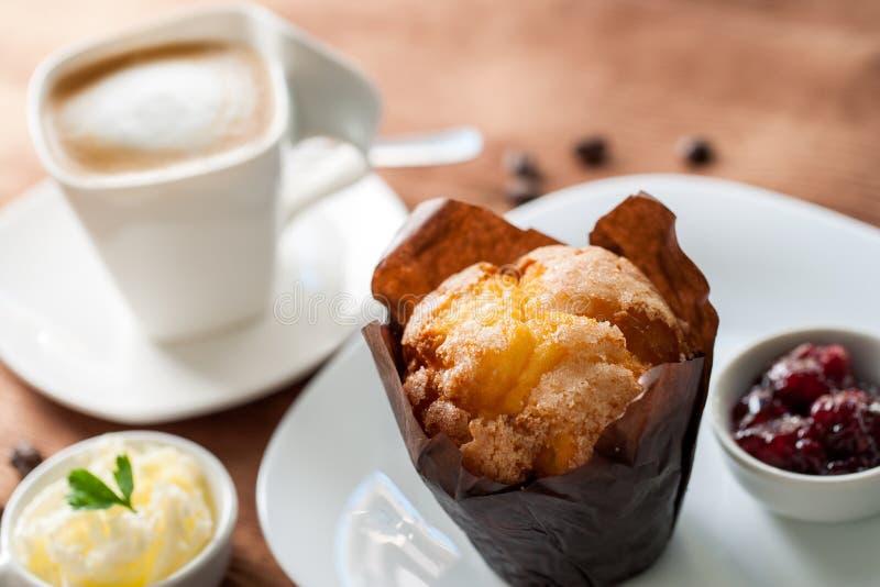 Muffin mit Kaffee stockfotografie