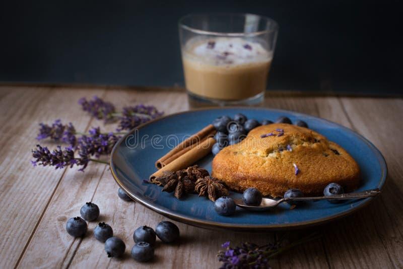 Muffin mit nespresso lizenzfreie stockbilder