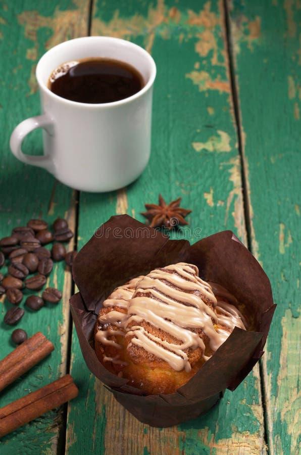 Muffin mit Sahne und Kaffee lizenzfreie stockfotos