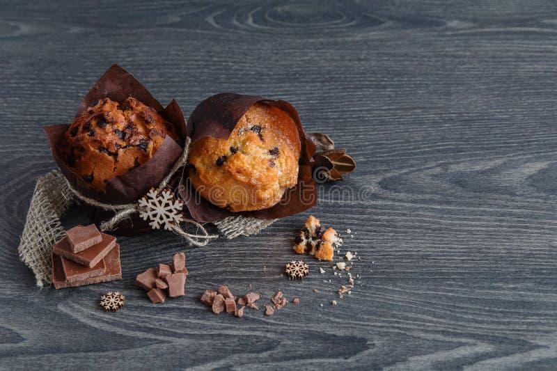 Muffin mit Scheiben der Schokolade stockfotos