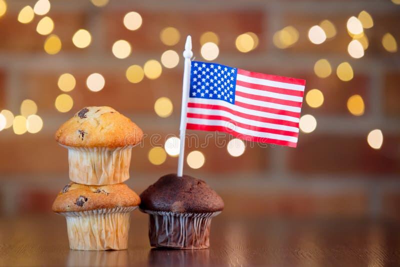 Muffin och flagga av Förenta staterna royaltyfria bilder