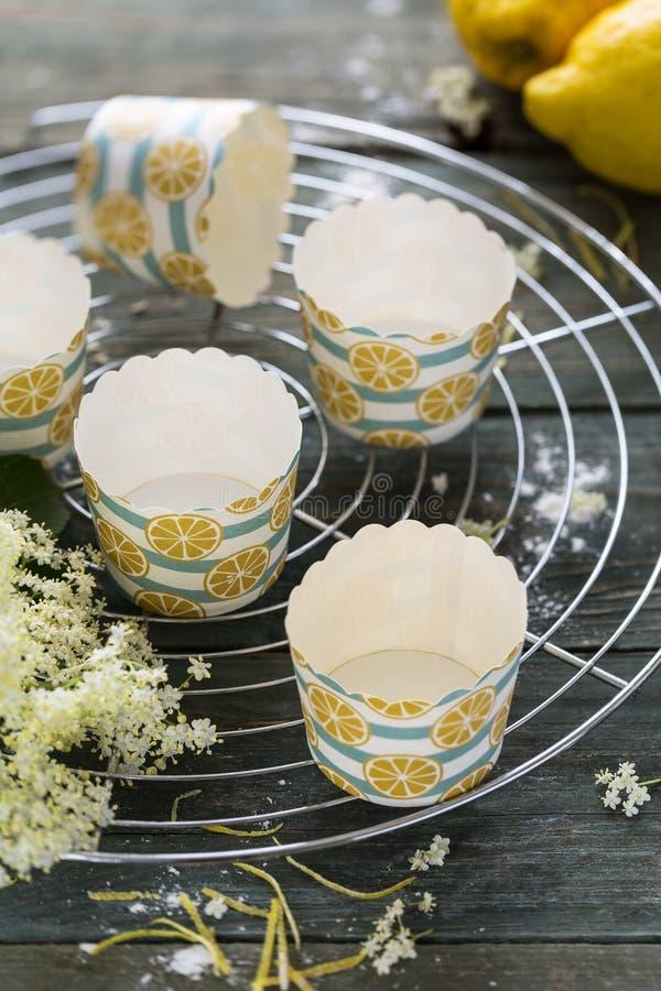 Muffin- och muffinomslagfall royaltyfria foton
