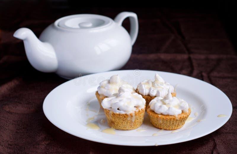 Muffin och te royaltyfri fotografi