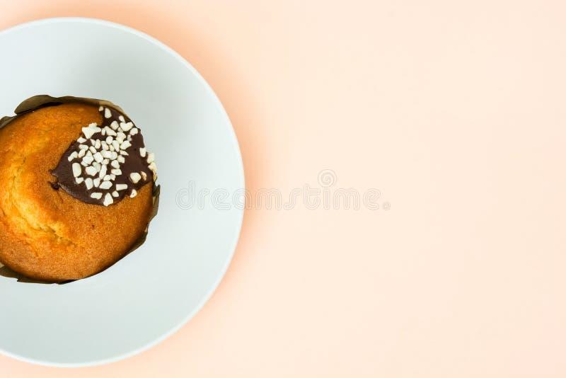Muffin op plaat en bruine achtergrond stock foto