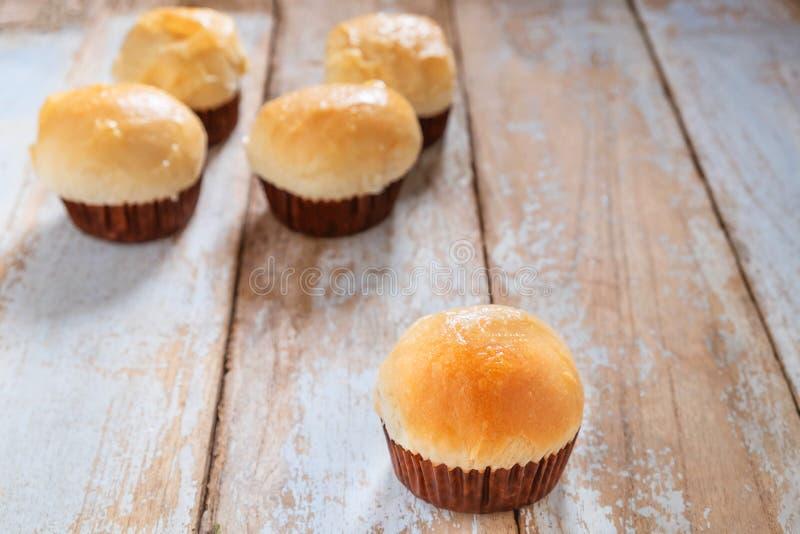 Muffin på en trätabell arkivfoton