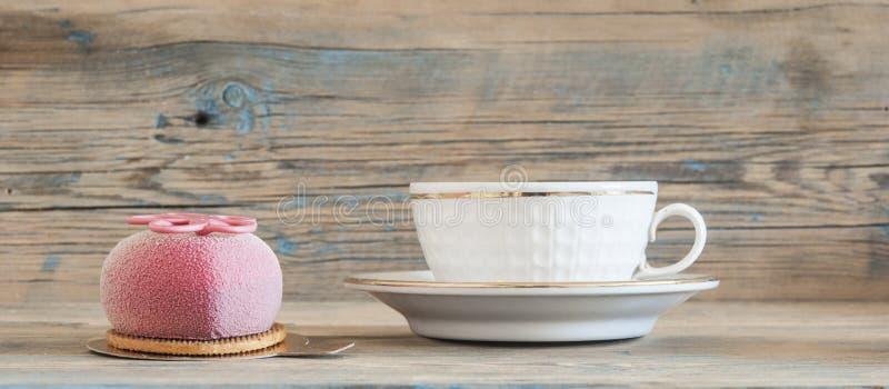 Muffin på trätabellen arkivfoto