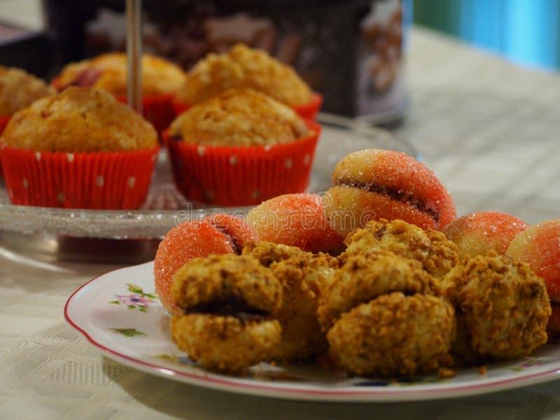 Muffin, persikor & cressentikakor arkivbilder
