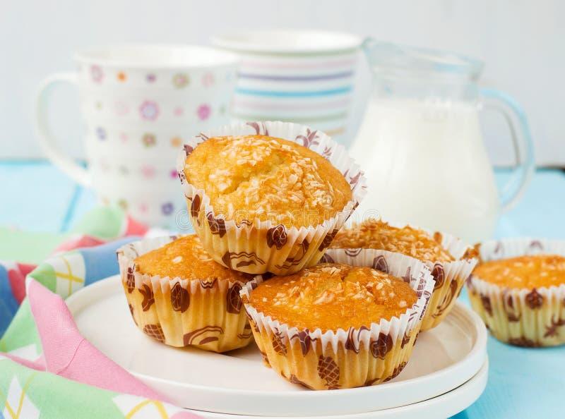 Muffin Pina Colada con l'ananas e la noce di cocco immagini stock