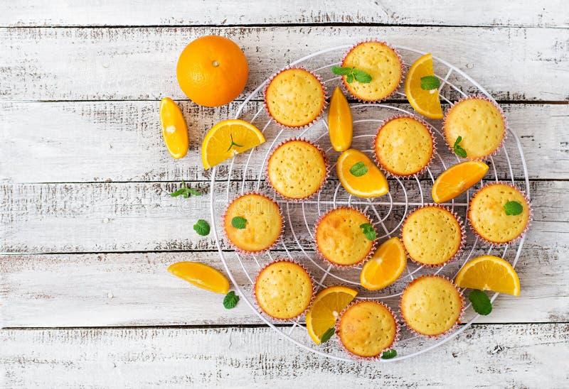 Muffin saporiti con le arance e la menta fotografia stock libera da diritti
