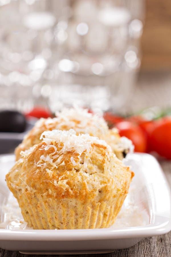 Muffin saporiti con parmigiano immagine stock libera da diritti