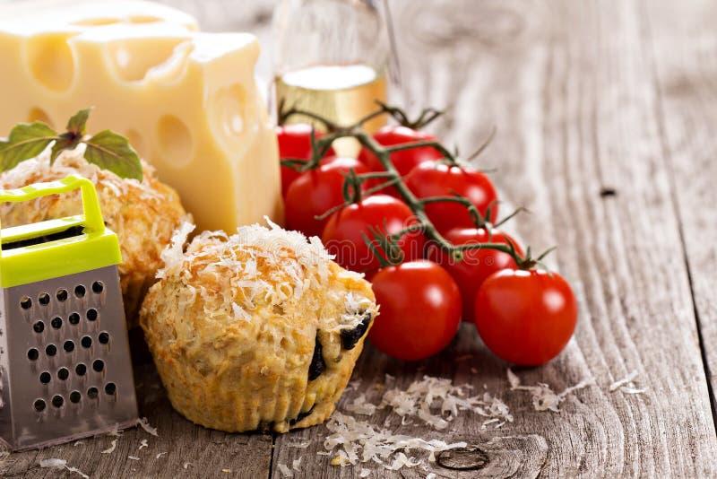 Muffin saporiti con parmigiano fotografia stock libera da diritti