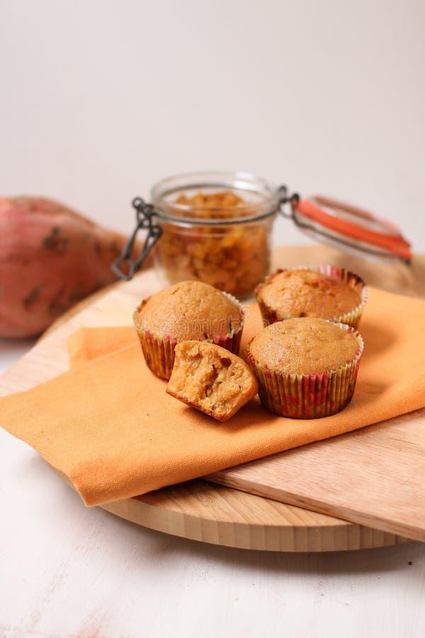 Muffin secchi dell'uva passa della patata dolce sul tagliere di legno fotografia stock libera da diritti