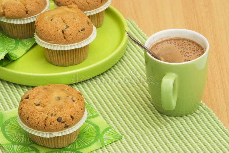 Muffin und Cappuccino stockfoto
