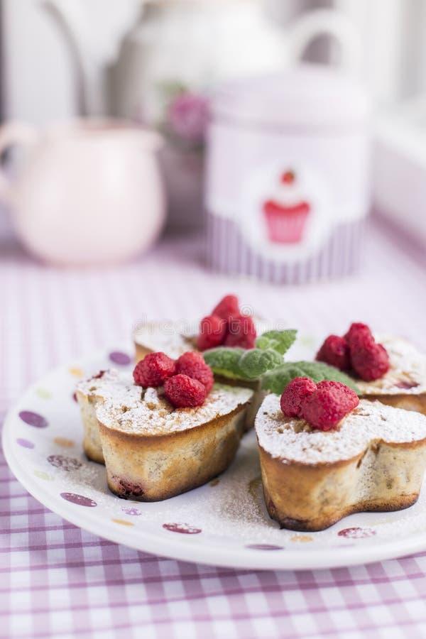 Muffin utili casalinghi con le bacche fotografia stock libera da diritti