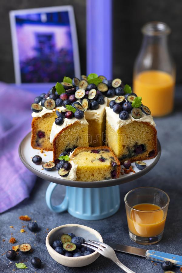 Muffincake met roomkaas het berijpen en bosbessen royalty-vrije stock afbeeldingen
