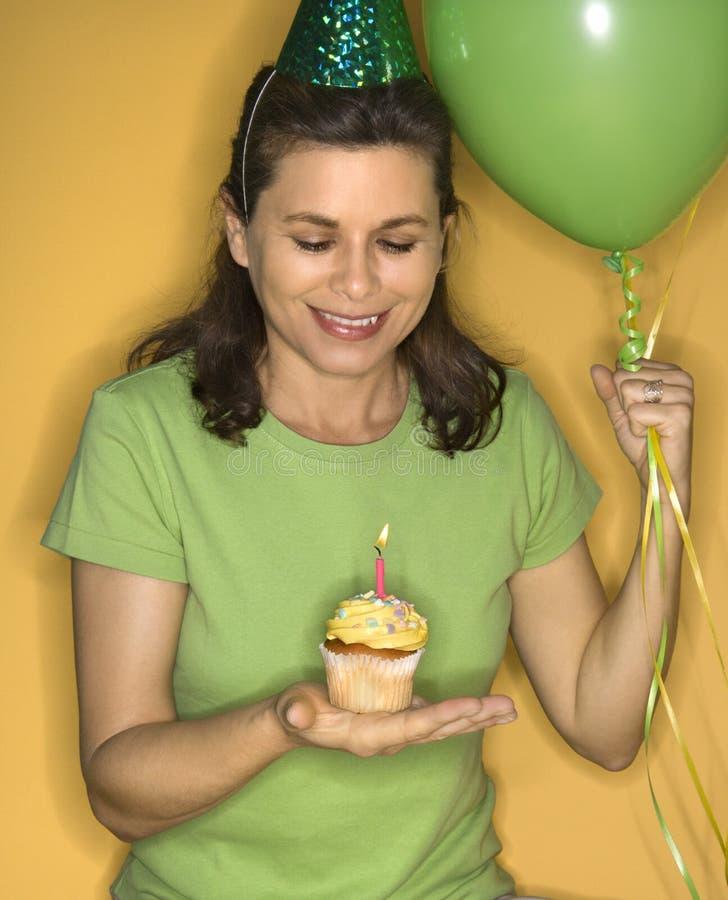 muffinholdingkvinna royaltyfri fotografi