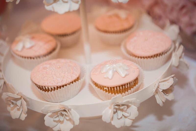 Muffinmuffin med pilbågen royaltyfri bild