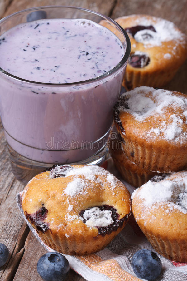 Muffins βακκινίων και ένα milkshake με την κατακόρυφο μούρων στοκ εικόνα με δικαίωμα ελεύθερης χρήσης