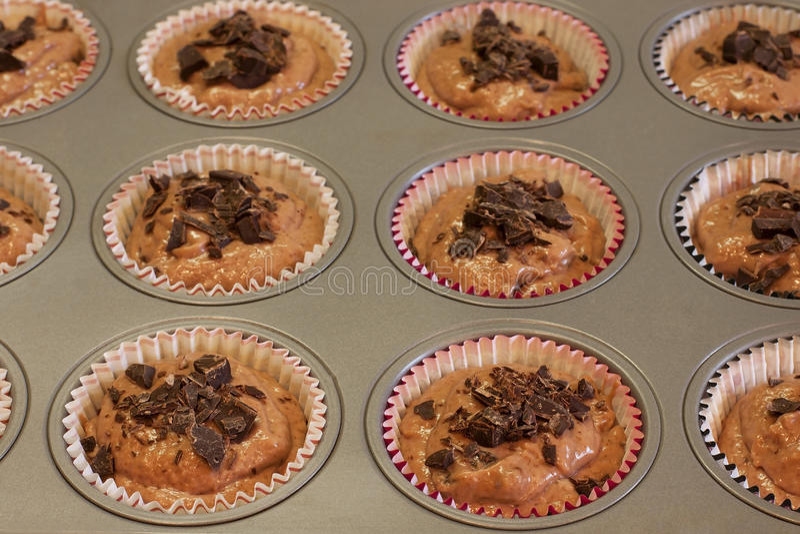 Muffins ζύμη στο πιάτο ψησίματος στοκ εικόνες