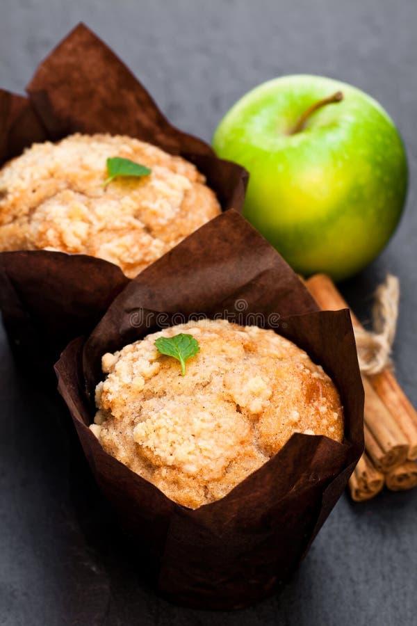 Muffins κανέλας της Apple στο μαύρο υπόβαθρο πετρών στοκ εικόνα