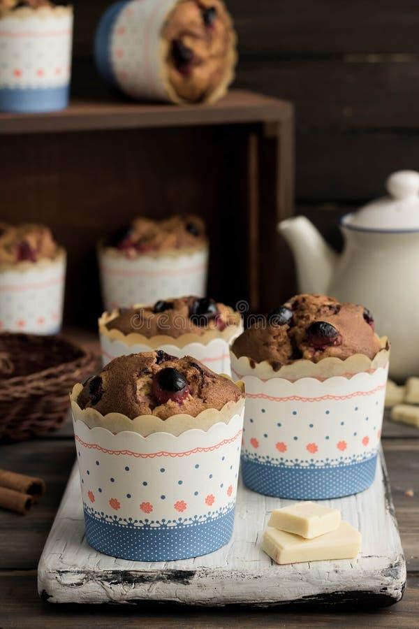 Muffins με τα τα βακκίνια και την άσπρη σοκολάτα στοκ εικόνες με δικαίωμα ελεύθερης χρήσης