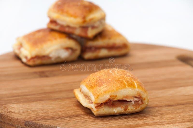 Muffins με το ζαμπόν και το τυρί στον ξύλινο πίνακα κουζινών στοκ εικόνα