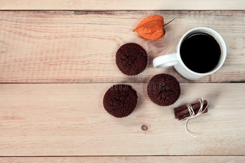 Muffins με το φλυτζάνι του cooffee στοκ φωτογραφία με δικαίωμα ελεύθερης χρήσης