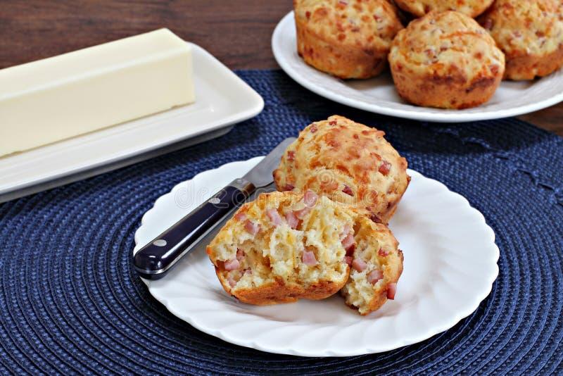 Muffins προγευμάτων ζαμπόν και τυριού Cheddar στοκ φωτογραφίες
