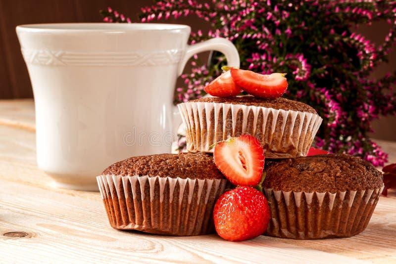 Muffins σοκολάτας με τις φράουλες στοκ φωτογραφίες με δικαίωμα ελεύθερης χρήσης