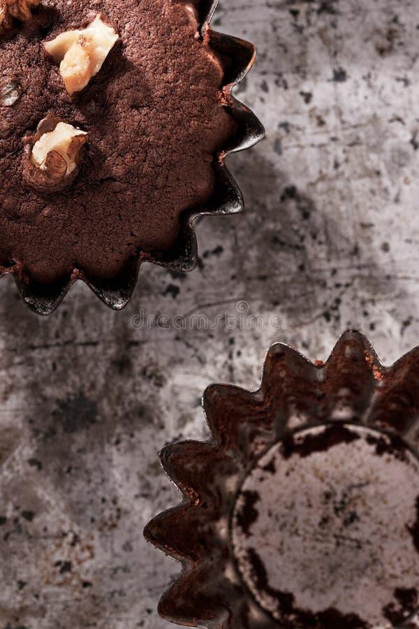 Muffins σοκολάτας με τα ξύλα καρυδιάς κλείνουν επάνω στοκ εικόνες
