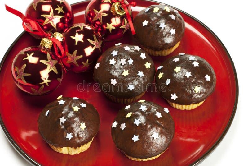 muffins σοκολάτας με τις σφαίρες Χριστουγέννων στοκ εικόνα με δικαίωμα ελεύθερης χρήσης
