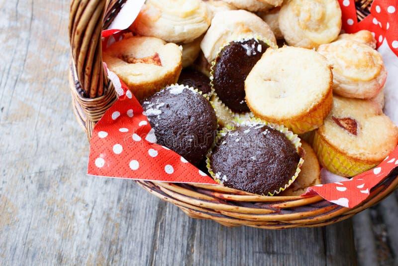 Muffins στο καλάθι πικ-νίκ στοκ εικόνα με δικαίωμα ελεύθερης χρήσης