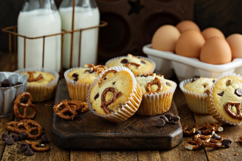 Muffins τσιπ σοκολάτας και pretzel στοκ εικόνες με δικαίωμα ελεύθερης χρήσης
