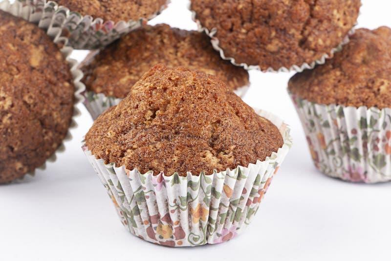 Muffins auf einer Platte mit Schokolade stockfotos
