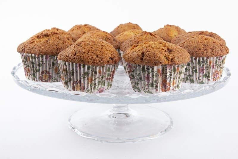 Muffins auf einer Platte mit Schokolade stockfoto