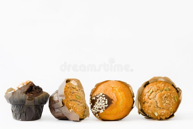 Muffins die op witte achtergrond worden geïsoleerde royalty-vrije stock foto's