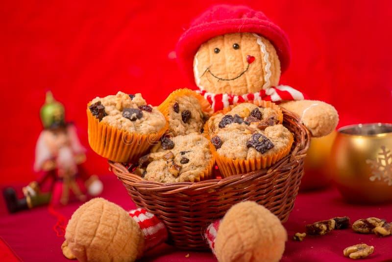 Muffins in einem Korb lizenzfreies stockbild