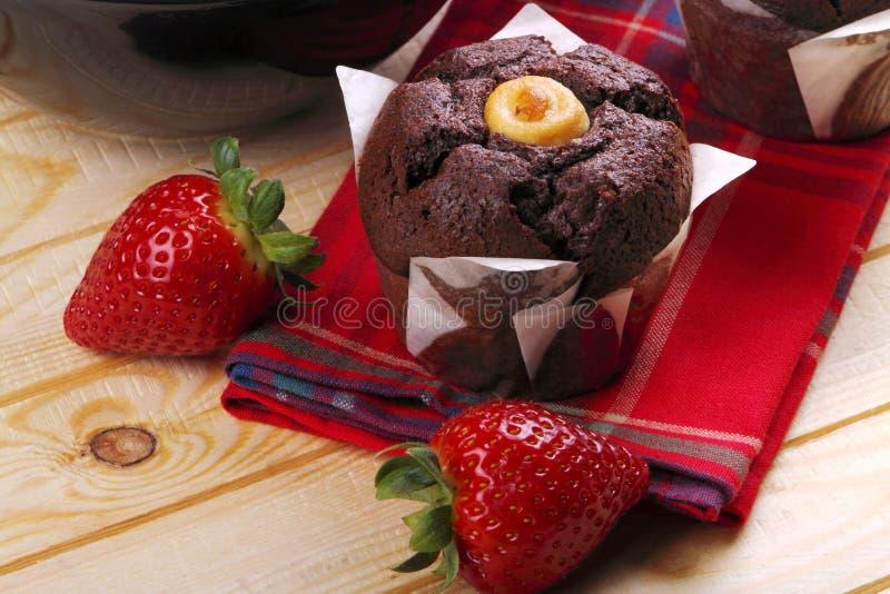 Muffins en aardbeien voor ontbijt royalty-vrije stock afbeeldingen