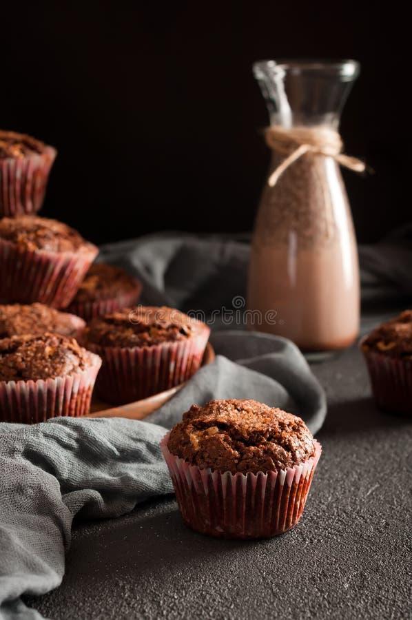 Muffins en het glasfles van de cacaodrank stock afbeeldingen
