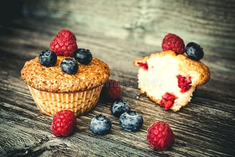 Muffins met bosbessen en frambozen royalty-vrije stock afbeelding