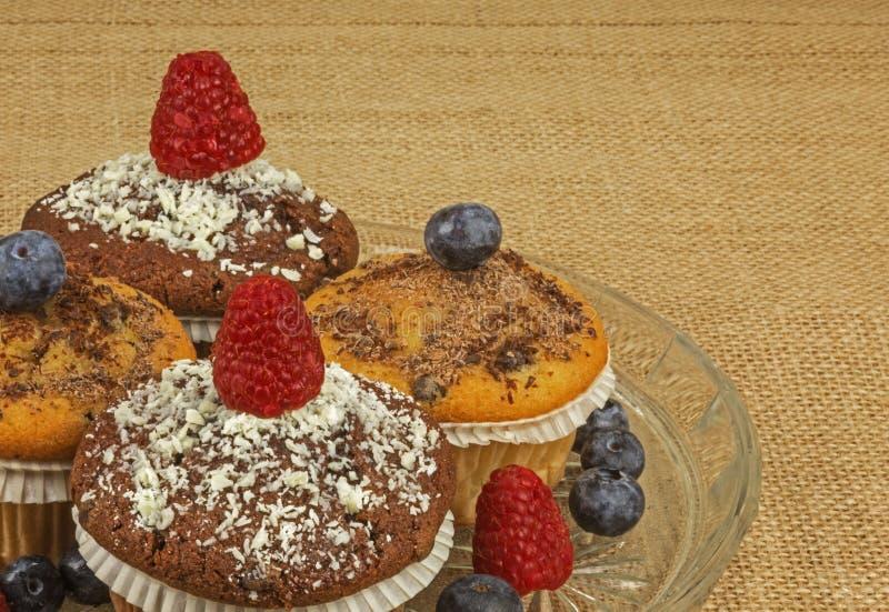 Muffins met frambozen en bosbessen stock foto