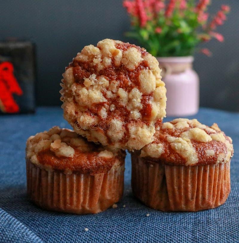 Muffins met okkernootcrumbs op een lijst stock fotografie