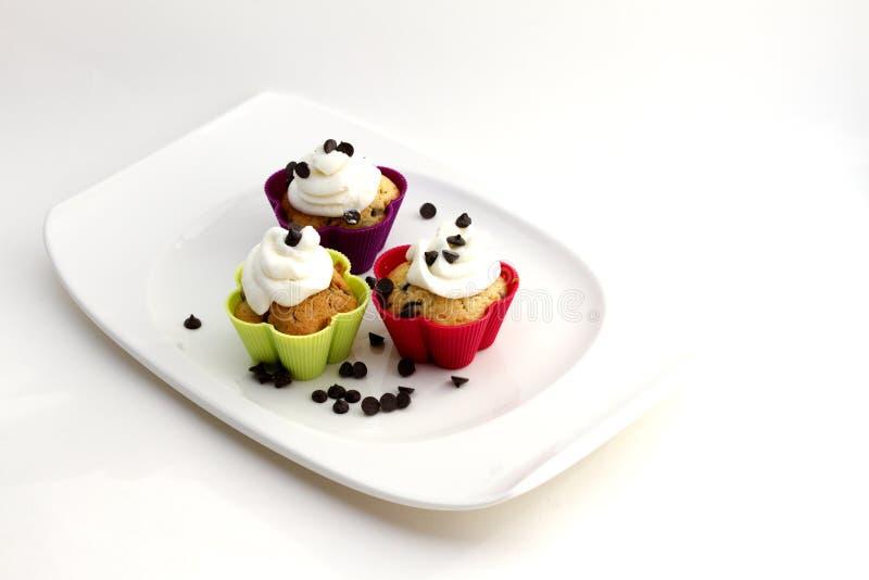 Muffins met room en chocoladestukken royalty-vrije stock foto