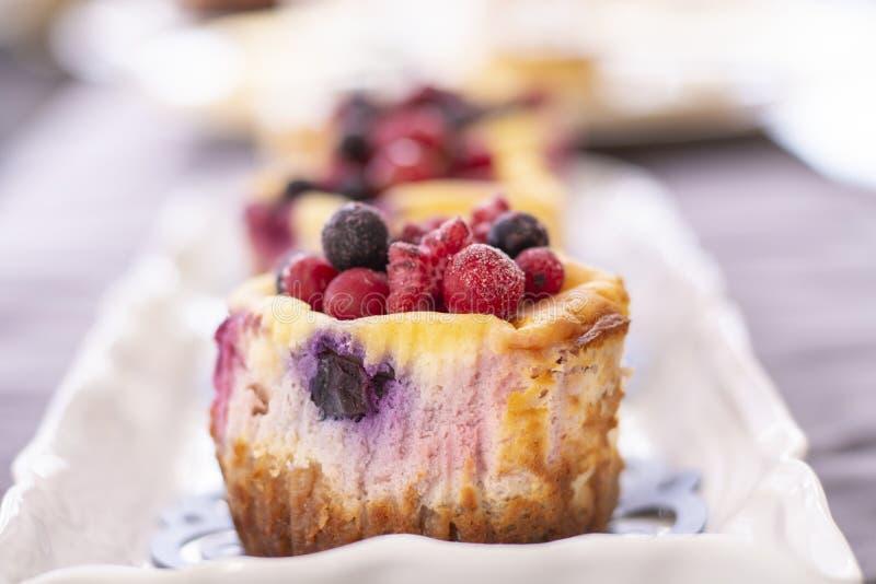 Muffins met verse bosbes, braambes, Amerikaanse veenbes en aardbei royalty-vrije stock fotografie