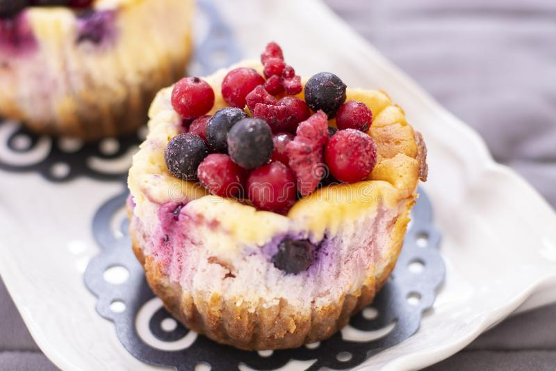 Muffins met verse bosbes, braambes, Amerikaanse veenbes en aardbei royalty-vrije stock afbeelding